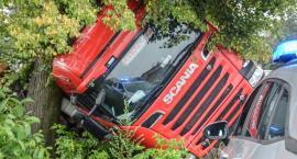 W Oleśnicy przewróciła się ciężarówka z drewnem