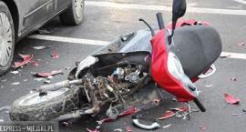 Mężczyzna na skuterze potrącony przez samochód osobowy. Kierowca auta odjechał