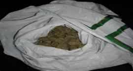 Miał przy sobie ponad 150 porcji narkotyków, a wokół siebie rozsiewał woń marihuany. Dodatkowo był poszukiwany