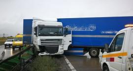 Wypadek na A4. Tir uderzył w bariery i zablokował przejazd.