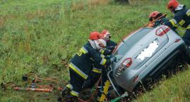 Zderzenie auta osobowego z ciężarowym. Kobieta byłą długo uwięziona w rozbitym pojeździe