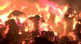 Pożar składowiska słomy niedaleko Wrocławia. 44 zastępy i ponad doba walki z ogniem