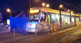Tragedia na Legnickiej. Mężczyzna wpadł pod tramwaj. Nie przeżył wypadku.
