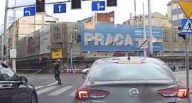 Piesza podniosła znak z ulicy. Żaden kierowca się nie ruszył.