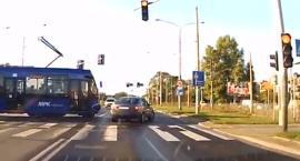 Na czerwonym świetle wjechał pod tramwaj
