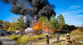 Pożar śmieci w starym zakładzie tworzyw i farb w Złotym Stoku