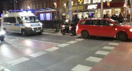 Motocyklista wjechał w auto i wybił głową tylną szybę