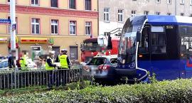 Wrocław ul. Pułaskiego wypadek samochodu osobowego z tramwajem