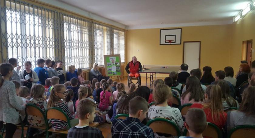 Edukacja, Mistrz Europy tenisie sportowym odwiedził szkołę Młodocinie Mniejszym [FOTO] - zdjęcie, fotografia