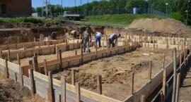 Trwa budowa nowej szatni przy boisku gminnym w Kowali [FOTO]