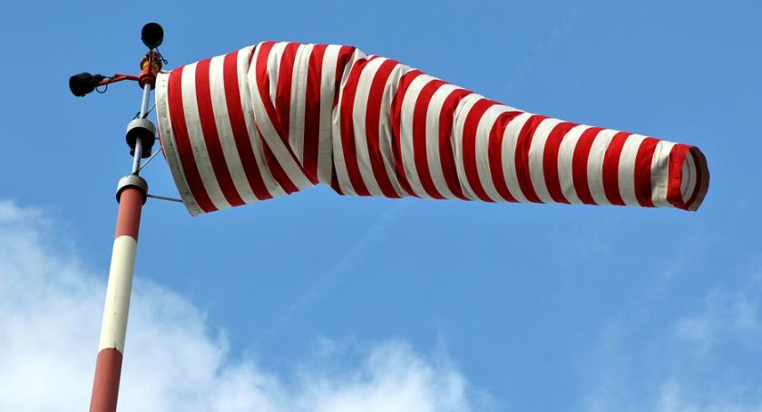 Aktualności, Silny wiatr terenie całego kraju zaleca ostrożność - zdjęcie, fotografia
