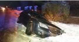 Wypadek w Wierzbicy. Samochód wpadł do rowu. Dwie osoby poszkodowane