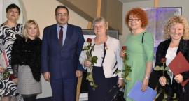 Wręczono nagrody i odznaczenia za wieloletnią pracę na rzecz szkoły i środowiska