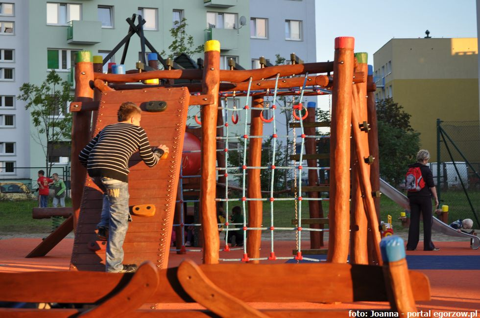 Szkoły - edukacja , Dzieci przedszkola Lelewela cieszą nowego placu zabaw - zdjęcie, fotografia
