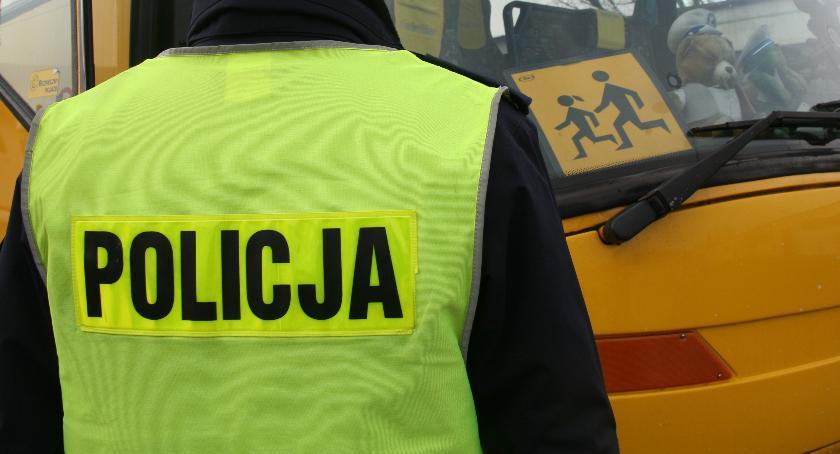 Policja , Policjanci sprawdzają autobusy wożące dzieci szkoły - zdjęcie, fotografia