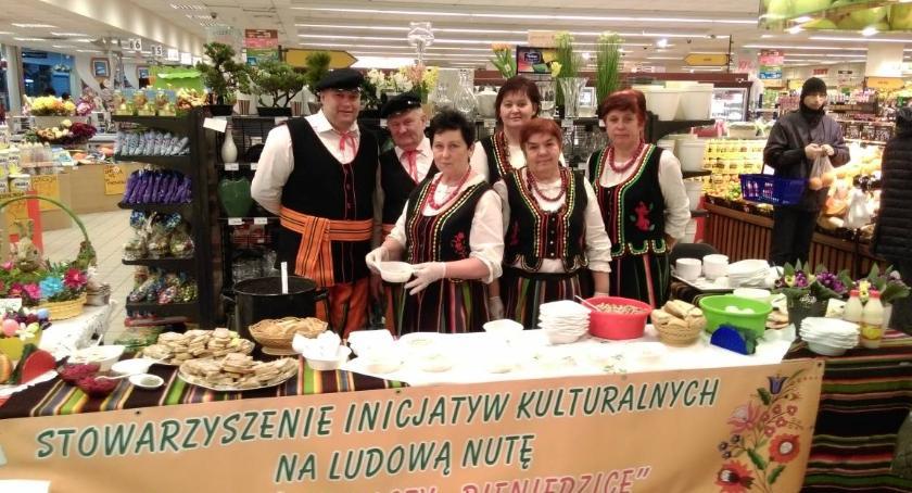 Informacje  z Wolanowa i okolic, Zespół Bieniędzic częstował świątecznymi smakołykami [FOTO] - zdjęcie, fotografia