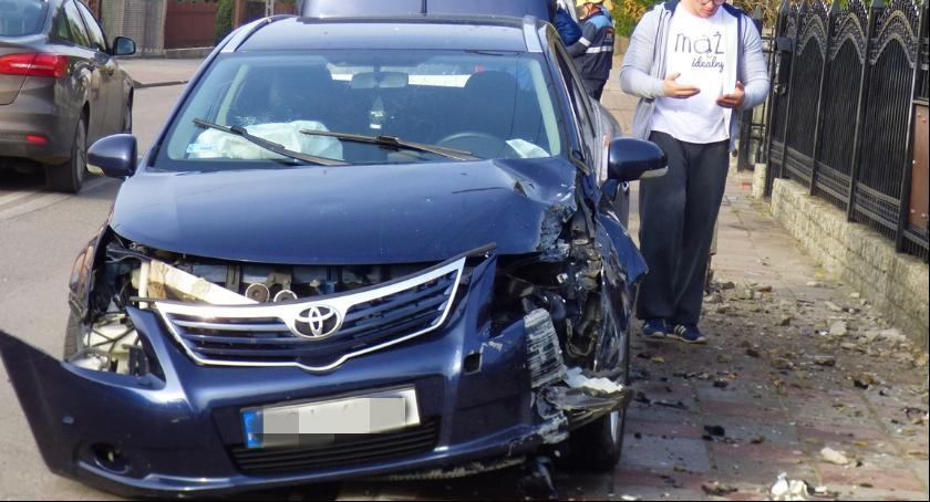 Wypadki drogowe, Toyotą słup - zdjęcie, fotografia