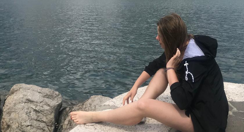 , dziewczyna naprawdę czerpie życia pełnymi garściami bierze swoje znacie - zdjęcie, fotografia
