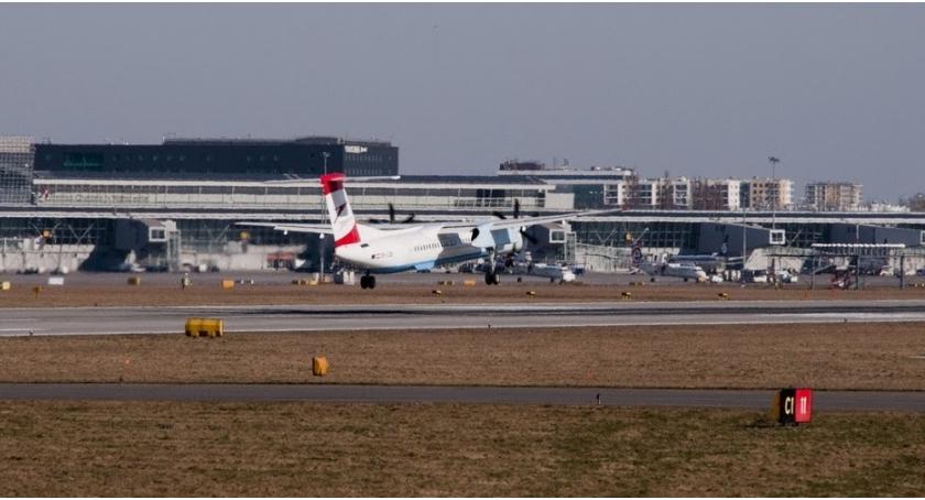Lotniska, Ogromny samolot uderzył lotniskowy rękaw Okęciu - zdjęcie, fotografia