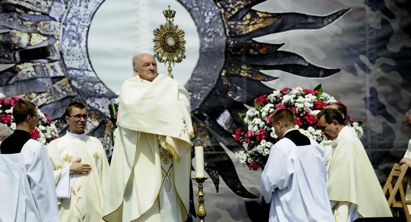 Religia - kościoły - święta, Procesji Bożego Ciała Warszawie przewodniczył Kardynał Kazimierz - zdjęcie, fotografia