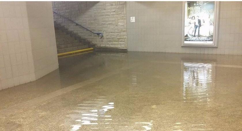 Prognoza pogody, Wyjścia metra kabatach zalane - zdjęcie, fotografia