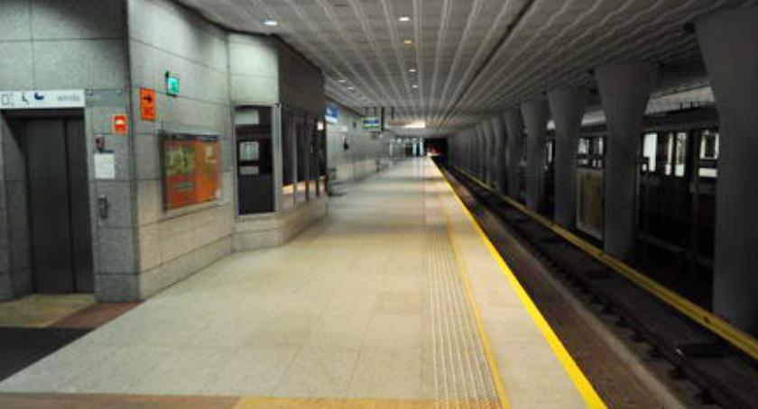 Metro, Uwaga! stacje metra wyłączone ruchu! - zdjęcie, fotografia