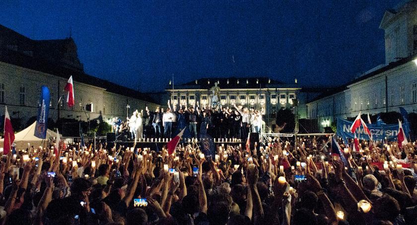 Protesty i manifestacje, Kolejny wieczór protestem Tłumy przed Pałacem Prezydenckim [ZDJĘCIA] - zdjęcie, fotografia