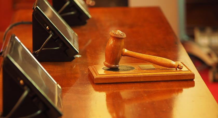 Polityka, Ruszył proces sądowy