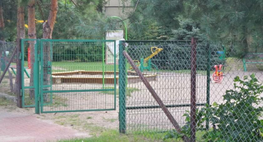 Bezpieczeństwo, Dziecko porażone prądem placu zabaw - zdjęcie, fotografia