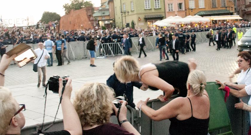 Protesty i manifestacje, miesięcznica smoleńska kontrmanifestacja - zdjęcie, fotografia