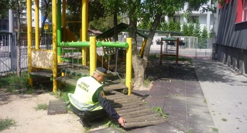 Edukacja, Przygotowania szkolnego Straż miejska kontroluje rejony szkół najlepiej - zdjęcie, fotografia