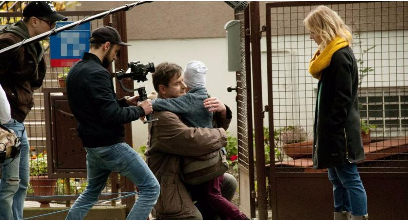 """Filmy - premiery - kina, Kacper Anuszewski zyskujący coraz większą popularność reżyser kręci """"Tata"""" - zdjęcie, fotografia"""