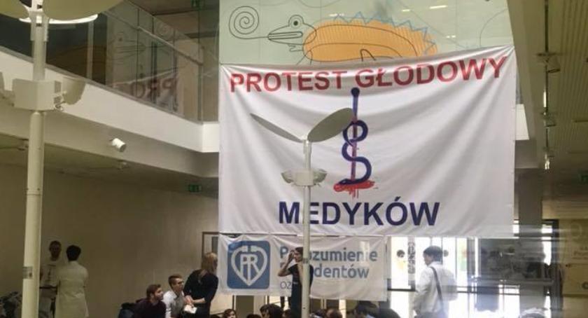 Zdrowie, Fiasko rozmów premier Szydło Młodzi lekarze wznowili głodówkę - zdjęcie, fotografia