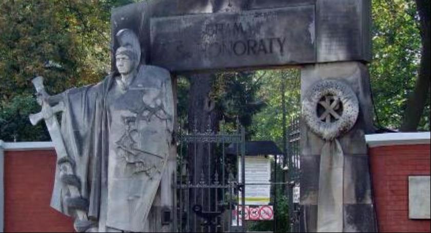 Cmentarze, zebrano rekordową kwotę ratowanie Starych Powązek - zdjęcie, fotografia