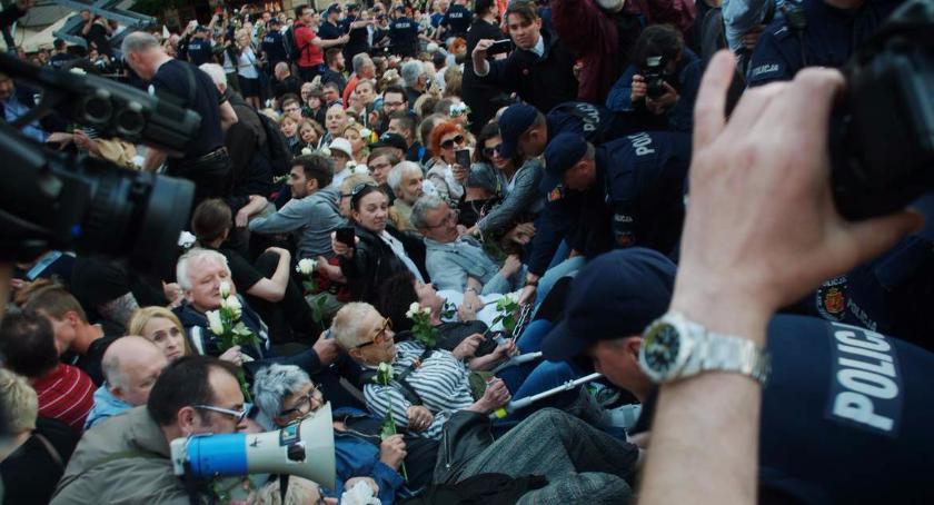 Protesty i manifestacje, Obywatele manifestują Chcą uczcić pamięć mężczyzny który podpalił przed - zdjęcie, fotografia