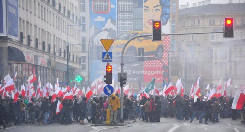 Protesty i manifestacje, godzinie centrum rusza Marsz Niepodległości [TRASA] - zdjęcie, fotografia