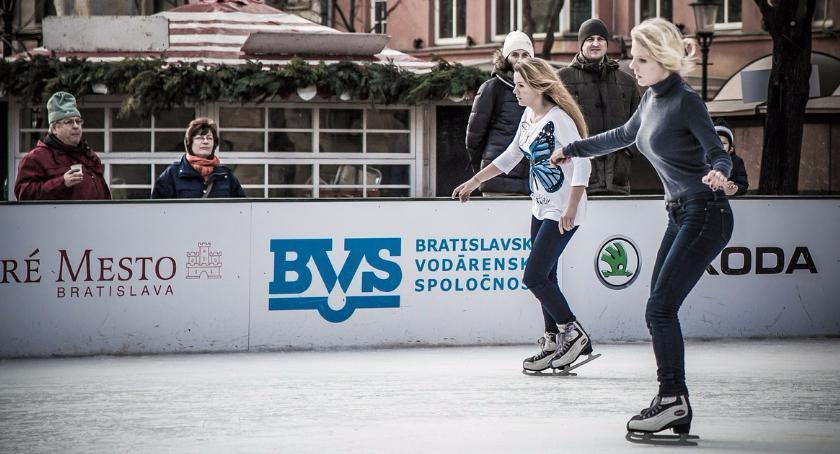 Sporty zimowe, Wieczorna niespodzianka Starym Mieście Mikołajkowy pokaz - zdjęcie, fotografia