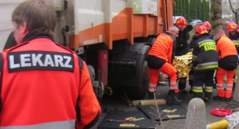 Bezpieczeństwo, Mężczyzna przygnieciony przez śmieciarkę Akcja straży zdjęciach - zdjęcie, fotografia