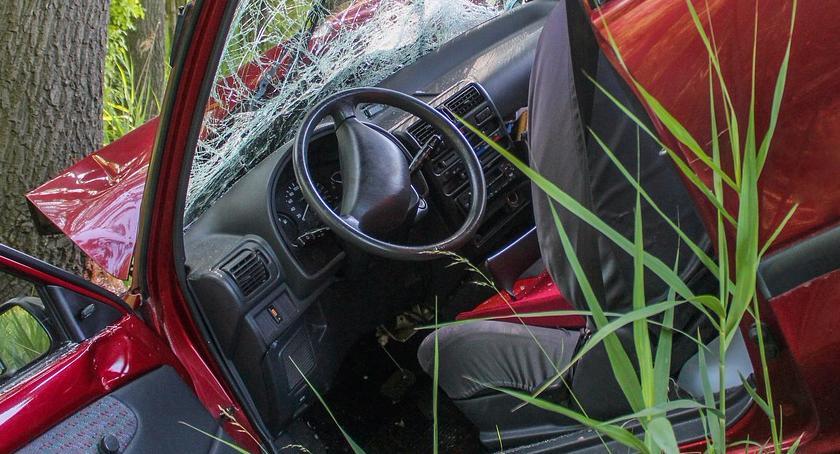 Wypadki, Betoniarka przewróciła słup osobówkę - zdjęcie, fotografia