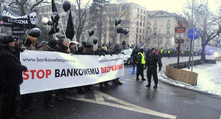 Polityka, Czarna procesja oszukanych przez banki Frankowicze protestowali Warszawie - zdjęcie, fotografia