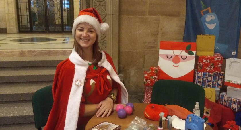 Ludzie PKiN, Pomocnica Świętego Mikołaja podczas tygodnia przedświątecznego - zdjęcie, fotografia