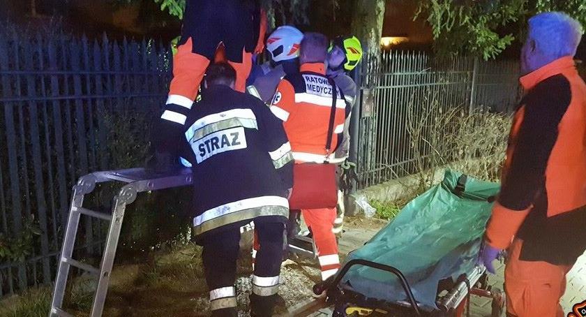 Bezpieczeństwo, Przechodził przez ogrodzenie zawisł Potrzebował pomocy służb - zdjęcie, fotografia