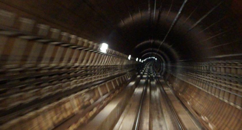 Metro, Uwaga! niedzielę nieczynna linia metra! - zdjęcie, fotografia