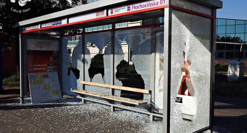 Zniszczenia, Bezmyślny wandalizmu Powybijane szyby zniszczony biletomat - zdjęcie, fotografia