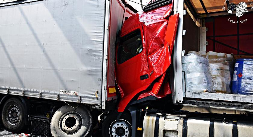 Wypadki, Zderzenie trzech ciężarówek [ZDJĘCIA] - zdjęcie, fotografia