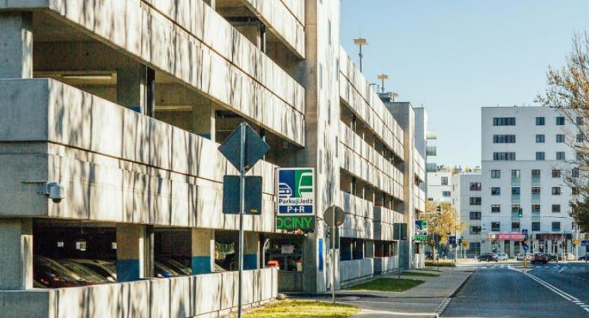 Wybory samorządowe 2018, Wojciech Kozak kosztują parkingi miejskie - zdjęcie, fotografia