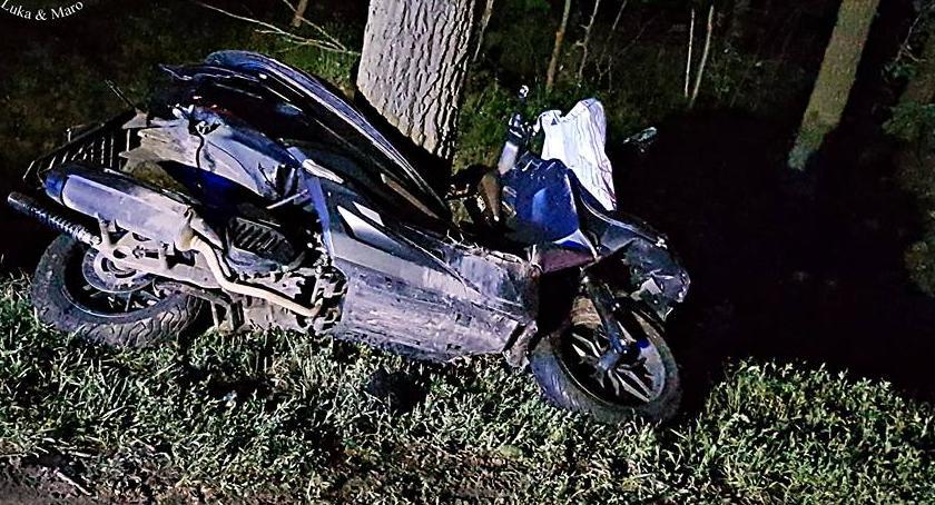 Wypadki, Zderzył autem potem uderzył drzewo Kierujący skuterem żyje [ZDJĘCIA] - zdjęcie, fotografia