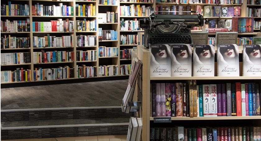 Księgarnia LIVRO organizuje konkurs. Wystarczy odpowiedzieć na pytanie dotyczące książki, którą zabierzesz ze sobą na wakacje. Trzy osoby z najciekawszymi odpowiedziami zdobędą nagrodę.