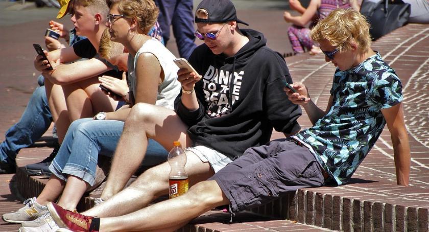 Edukacja, szkołach powinno zakazać korzystania telefonów - zdjęcie, fotografia