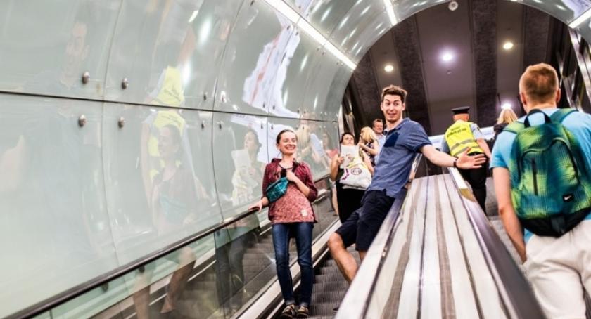 Metro, Pasażerowie metra coraz młodsi Wyniki ankiety - zdjęcie, fotografia